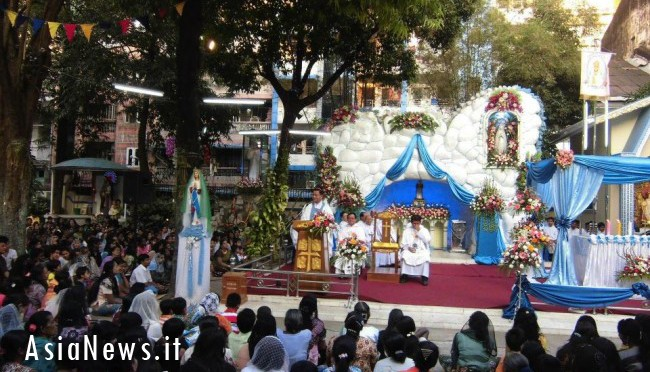 Christians, Muslims and Buddhists together for the Virgin of Nyaunglebin